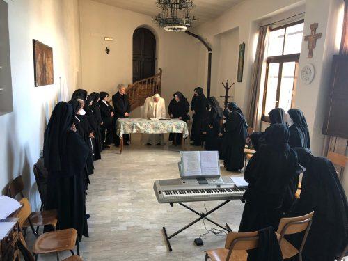 Papa Francesco ha visitato le Clarisse del Monastero di Vallegloria, a Spello, gravemente danneggiato nel terremoto del '97 e riaperto nel 2011